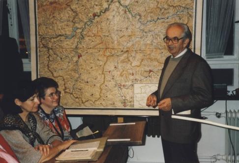 Karl Borinski im Jahre 1994: der ehemalige Lehrer bei einem Klassentreffen des Einschulungsjahrgangs 1949 im zeit-nah nachgebildeten Klassenraum des Museums Grevenbrück